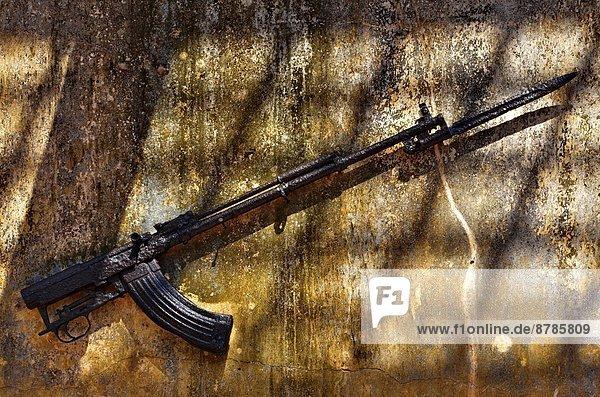 Ruine  Krieg  90  Afrika  Mosambik  Pemba  Gewehr