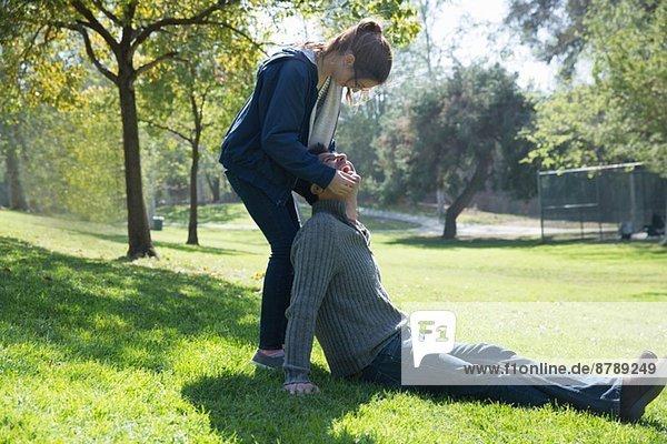 Vater und Tochter spielen auf Rasen