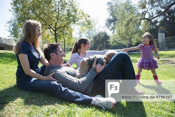 Glückliche Familie entspannt sich auf Rasen