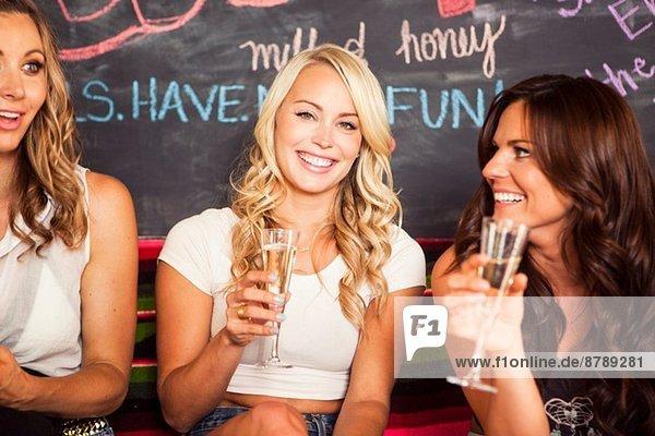 Junge Frauen mit Champagnergläsern