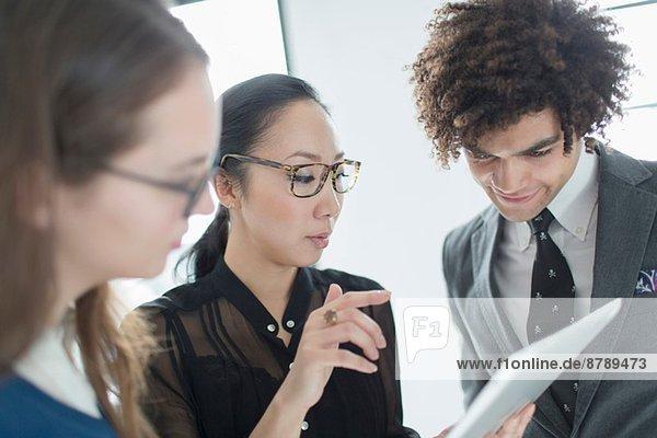Drei Kollegen mit digitalem Tablett