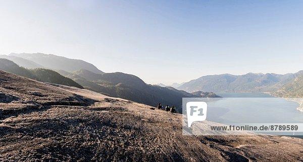 Drei junge Wandererinnen machen eine Pause auf dem Felsen  Squamish  British Columbia  Kanada
