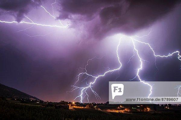 Blitze über dem südlichen Okanagan-Tal  Penticton  British Columbia  Kanada