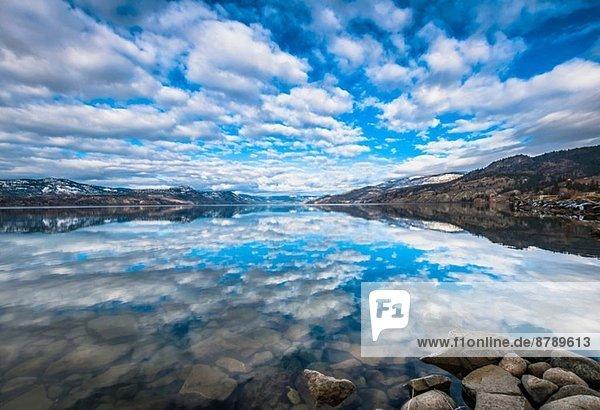 Der Himmel spiegelt sich im Okanagan Lake  Naramata  British Columbia  Kanada. Der Himmel spiegelt sich im Okanagan Lake, Naramata, British Columbia, Kanada.