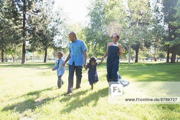 Ehepaar mit Sohn und Tochter beim Spaziergang im Park