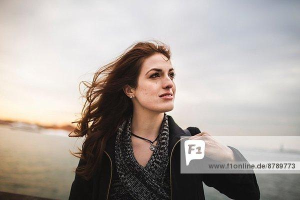 Junge Frau am Hudson River  New York  USA