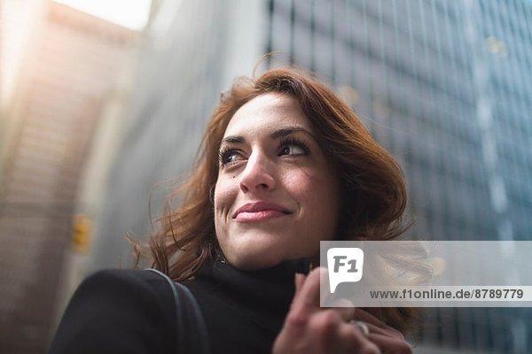 Junge Frau auf der Straße  New York  USA