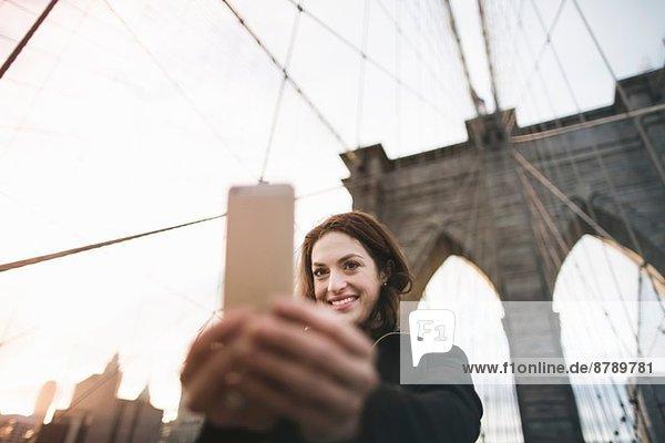 Junge Frau auf der Brooklyn Bridge  New York  USA Junge Frau auf der Brooklyn Bridge, New York, USA