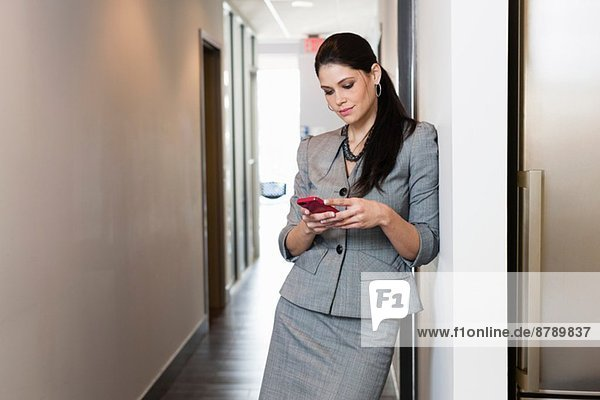 Junge Geschäftsfrau mit Smartphone