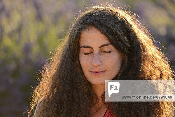 Frankreich  Europa  Frau  Traum  Blume  blühen  französisch  Sommer  Hut  Natur  braunhaarig  Feld  1  Provence - Alpes-Cote d Azur  20  Mädchen  Lavendel  Vaucluse