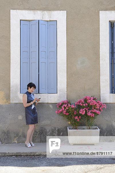 Handy  Städtisches Motiv  Städtische Motive  Straßenszene  Straßenszene  Frankreich  Europa  Frau  Lifestyle  Fenster  französisch  braunhaarig  Provence - Alpes-Cote d Azur