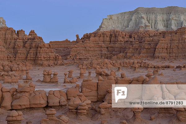Vereinigte Staaten von Amerika  USA  State Park  Provincial Park  Felsbrocken  Amerika  Landschaft  niemand  Landschaftlich schön  landschaftlich reizvoll  Natur  Süden  Felssäule  Goblin Valley State Park  Colorado Plateau  Abenddämmerung  Sandstein  Utah