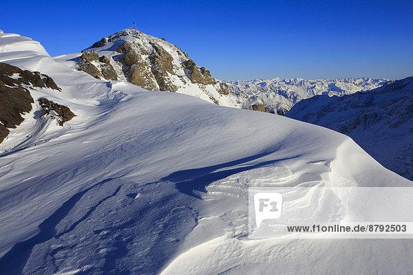 blauer Himmel  wolkenloser Himmel  wolkenlos  Panorama  Europa  Schneedecke  Berg  Winter  Schnee  dahintreibend  Alpen  blau  Ansicht  Sonnenlicht  Kanton Graubünden  Westalpen  Bergmassiv  schweizerisch  Schweiz