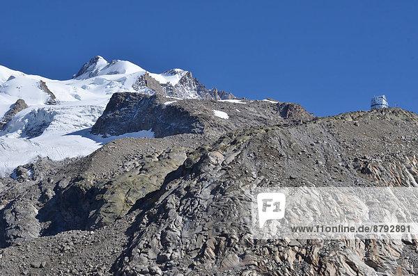 Felsbrocken Hütte Europa Berg Energie energiegeladen Sport Sommer Gebäude Architektur Natur Alpen Unabhängigkeit Ökologie Umweltschutz Monte Rosa Gletscher schweizerisch Schweiz Zermatt