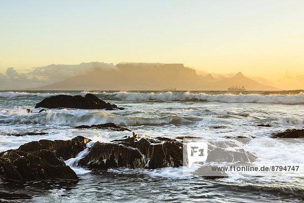 Tafelberg im Abendlicht  vom Bloubergstrand aus  Kapstadt  Westkap  Südafrika