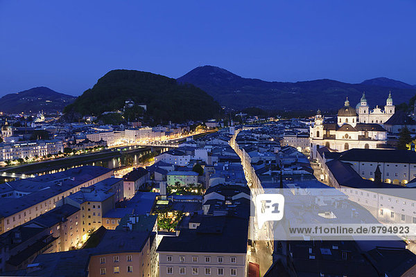 Altstadt mit Kapuzinerberg,  Salzach und Salzburger Dom,  bei Dämmerung,  Salzburg,  Salzburger Land,  Österreich