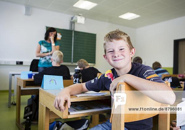 Junge  6-8 Jahre  in einer Volksschulklasse  Reith im Alpbachtal  Bezirk Kufstein  Tirol  Österreich