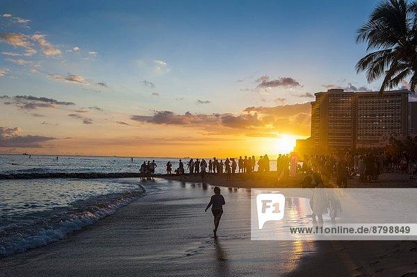 Vereinigte Staaten von Amerika  USA  hoch  oben  Strand  Sonnenuntergang  über  Gebäude  aufwärts  Pazifischer Ozean  Pazifik  Stiller Ozean  Großer Ozean  Hawaii  Oahu  Waikiki