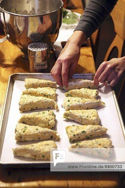 Vorbereitung Gebäck Cheddarkäse Schnittlauch