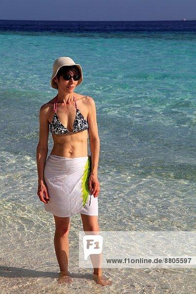 Frau  Strand  Urlaub  Malediven  fihalhohi island resort