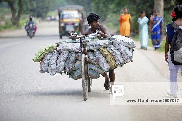 Mann  tragen  Stadt  Dorf  Fahrrad  Rad  Kohle  Volksstamm  Stamm  Indien