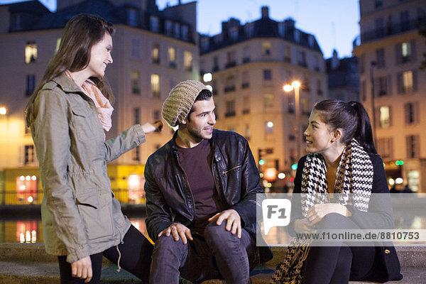 Freunde  die nachts im Freien rumhängen.