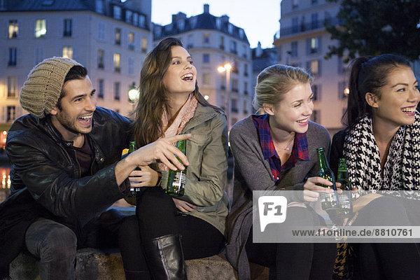 Freunde beim gemeinsamen Biertrinken im Freien