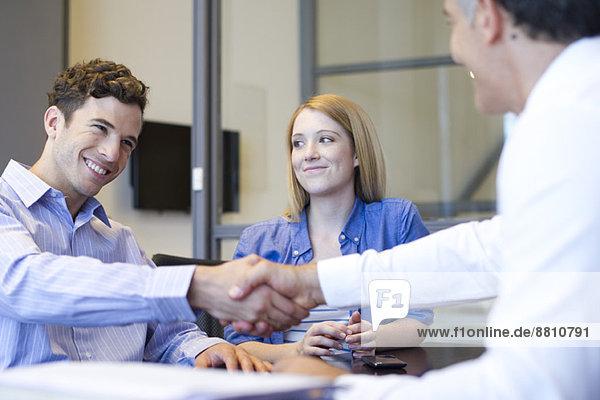 Geschäftsmann beim Händeschütteln mit dem Kunden im Gespräch