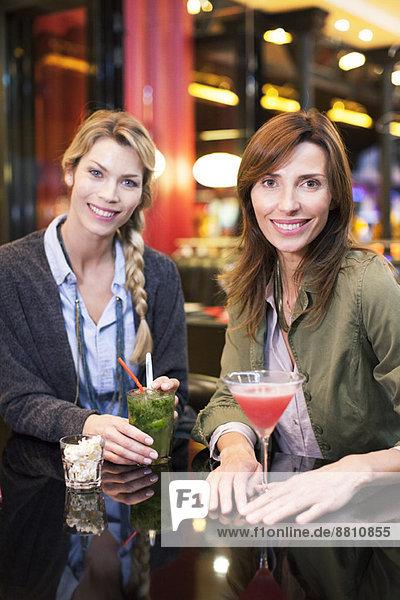 Frauen genießen Cocktail an der Bar  Portrait