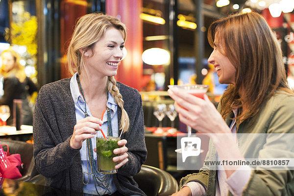 Frauen genießen Cocktail an der Bar