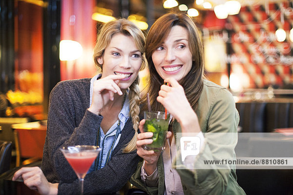 Frauen beim Cocktail in der Bar