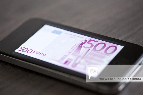 Smartphone mit Bild der fünfhundert Euro-Banknote