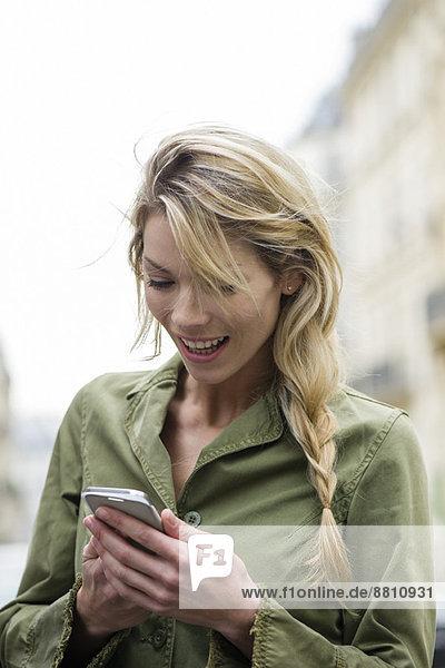 Kommunikation über Social Media auf dem Smartphone unterwegs
