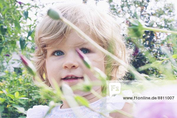 Kleines Mädchen im Blumengarten  Portrait