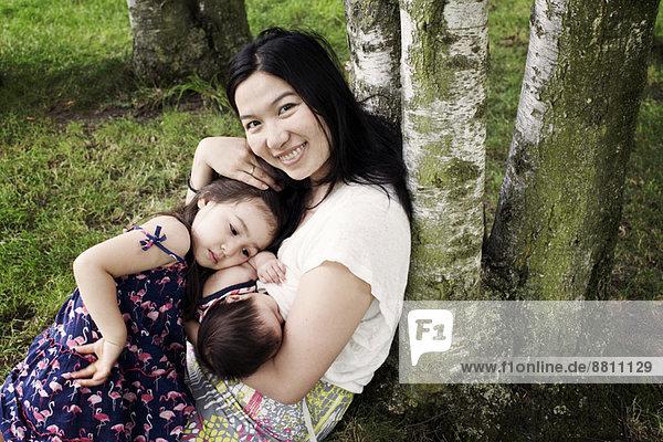 Mutter mit Baby und kleinem Mädchen im Freien