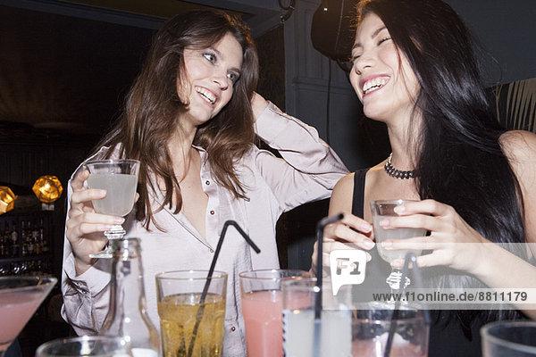 Frauen beim Lachen im Nachtclub