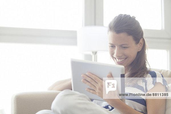 Frau mit digitalem Tablett zu Hause