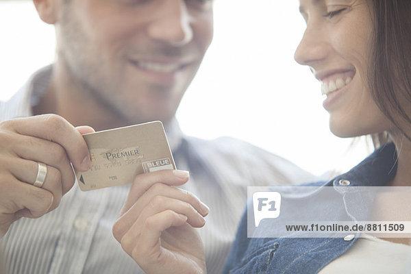Paar bereitet sich auf den Kauf einer Kreditkarte vor