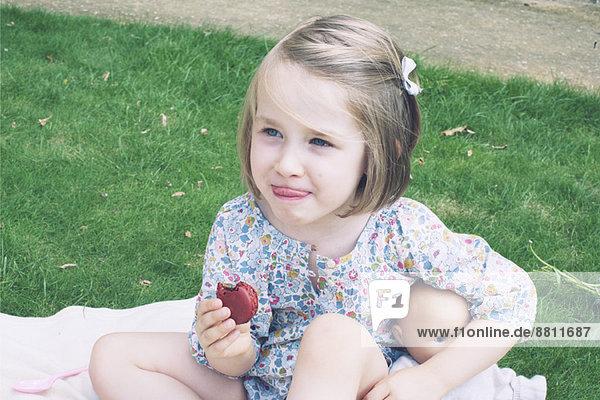 Kleines Mädchen isst Makrone