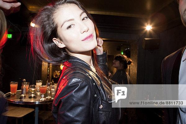 Junge Frau an der Bar