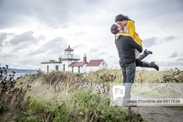 Europäer umarmen Strand Weg