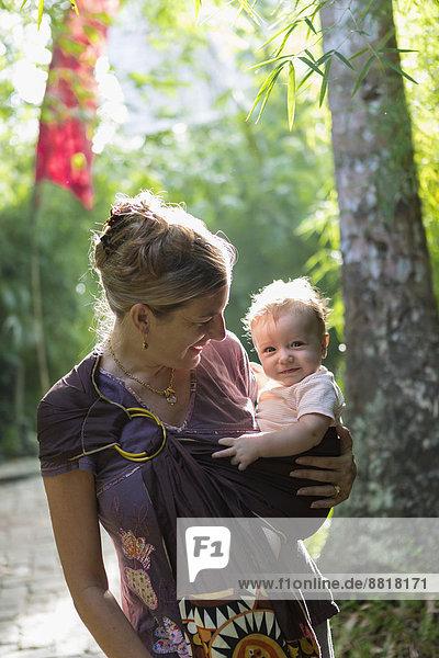 Europäer  tragen  Mutter - Mensch  Baby  Regenwald