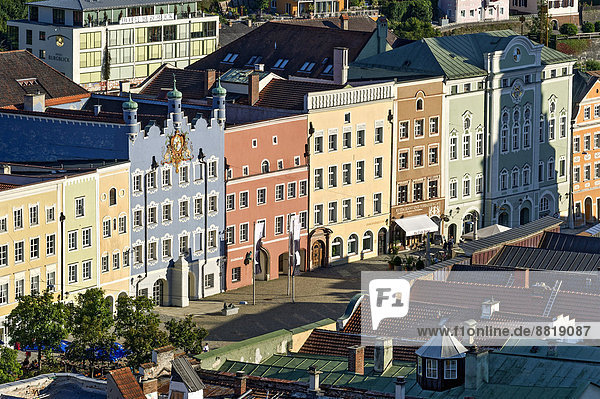 Row of houses with City Hall on Stadtplatz square  Burghausen  Upper Bavaria  Bavaria  Germany