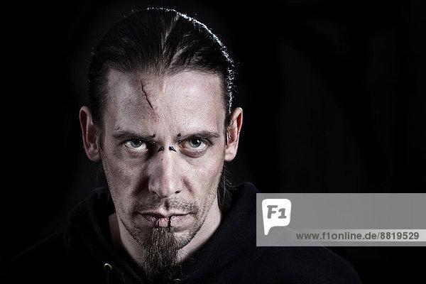 Mann  30-35 Jahre  mit Narbe auf der Stirn  Piercings und langen schwarzen Haaren Mann, 30-35 Jahre, mit Narbe auf der Stirn, Piercings und langen schwarzen Haaren