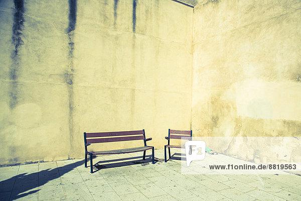 Stuhl frontal Sitzbank Bank Hauswand