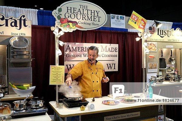 Mann Wohnhaus Küchengerät Gerät verkaufen öffentlicher Ort Show