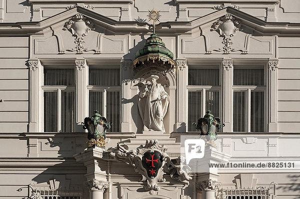 Wien Hauptstadt sternförmig überqueren Skulptur Eingang über Gebäude rot Baldachin Ritter Kreuz Ordnung Portal