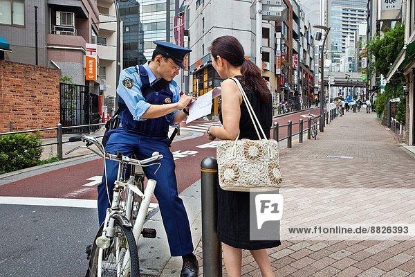 Hilfe  Tokyo  Hauptstadt  Entdeckung  Fahrrad  Rad  Fußgänger  Roppongi  Adresse  Japan  Polizist