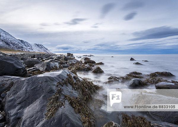 Norwegen  Lofoten  Felsen und Wellen an der Küste von Eggum