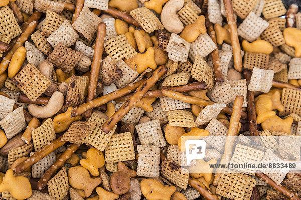 Salzgebackene Snacks  Brotstangen und Cracker  Nahaufnahme